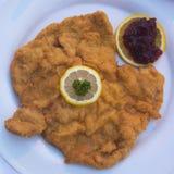 Traditionelles Schnitzel-Wiener Würstchen Art Served in Österreich Lizenzfreie Stockbilder
