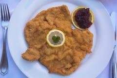 Traditionelles Schnitzel-Wiener Würstchen Art Served in Österreich Stockfoto