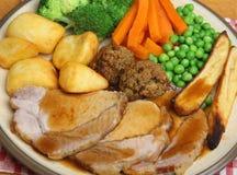 Traditionelles Schweinebraten-Sonntags-Abendessen Lizenzfreie Stockbilder