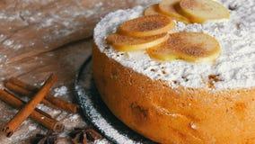 Traditionelles selbst gemachtes Apfelkuchenpulver mit Zimt Köstlicher frisch gebackener Apfelkuchen Charlotte stock footage