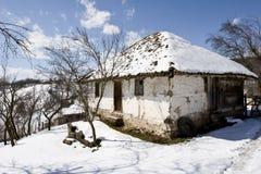 Traditionelles serbisches Bauernhofhaus im Winter Lizenzfreies Stockfoto