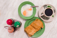 Traditionelles Singapur-Frühstück rief Kaya Toast, Kaffeebrot mit Kokosnussmarmelade an und Halb-kochte Eier Lizenzfreie Stockbilder