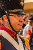 Traditionelles Soldatnahaufnahmeportr?t, das traditionelle Uniform und Hut mit Gl?sern tr?gt lizenzfreies stockfoto