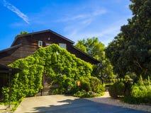 Traditionelles Sommerhaus und -weinkellerei in Napa Valley stockbilder