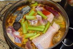 Traditionelles spanisches Schweinefleisch und Eintopfgericht mit Blutwurst chiken Nahrungs-Konzept stockbilder