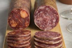 Traditionelles Stück von Wurst und von Chorizo Spanisch Salchichon stockfotos