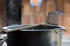 Traditionelles Stahlmaschendraht-Nudelsieb Stockbilder