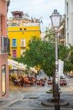 Traditionelles Straßencafé auf einer schmalen Pflasterstraße nach Regen in Cagliari, Italien am 9. Oktober 2018 vertikaler Schuss lizenzfreie stockfotos