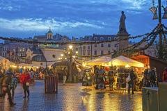 Traditionelles Straßenmarkt nahe Kirche von St. Wojciech und Statue Stockfoto