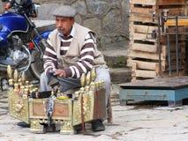 Traditionelles Straßenschuhpoliermittel, das einen Mann ` s Schuh in der Türkei säubert Lizenzfreie Stockbilder