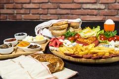 Traditionelles türkisches Frühstück mit Käse, Salami, kochte Ei, Tomate, Gurke, gebratene Kartoffeln und Toastbrot stockbilder