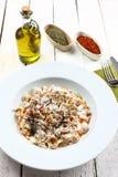 Traditionelles türkisches Lebensmittel nannte mantı auf einem hölzernen Hintergrund Stockfotografie