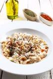 Traditionelles türkisches Lebensmittel nannte mantı auf einem hölzernen Hintergrund Stockbilder