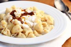 Traditionelles türkisches Lebensmittel nannte mantı auf einem hölzernen Hintergrund Lizenzfreie Stockfotografie