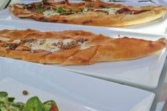 Traditionelles türkisches pide mit Hackfleisch und Käse Stockfotos
