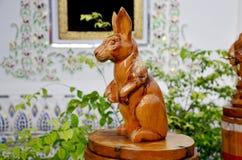 Traditionelles thailändisches Artholz, das als tierisches hölzernes Kaninchen eins schnitzt Stockfotografie