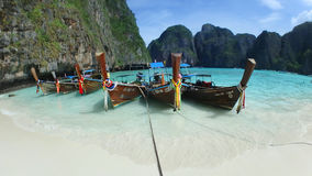 Traditionelles thailändisches Boot auf Mayabucht-Insel Phi lizenzfreie stockfotografie