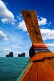 Traditionelles thailändisches Boot des langen Schwanzes achtern mit großem Himmel mit Wolken auf dem Hintergrund, Phi Phi Island, Lizenzfreie Stockfotografie