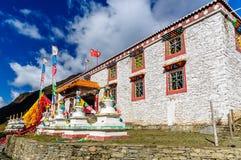 Traditionelles tibetanisches Haus mit Gebetsflaggen Lizenzfreies Stockfoto
