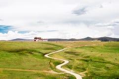 Traditionelles tibetanisches Kloster durch Tagong-Wiese in China Stockbild