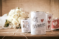 Traditionelles Tin Can Wedding Decorations auf Tabelle Stockbild