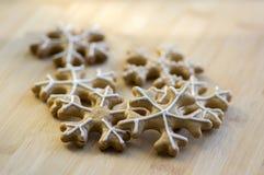 Traditionelles tschechisches geschmackvolles Weiß malte braune Lebkuchen, Weihnachtsschneeflocken auf Holztisch Stockfoto