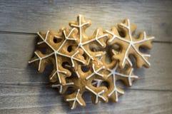 Traditionelles tschechisches geschmackvolles Weiß malte braune Lebkuchen, Weihnachtsschneeflocken auf Holztisch Lizenzfreie Stockfotografie