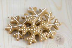 Traditionelles tschechisches geschmackvolles Weiß malte braune Lebkuchen, Weihnachtsschneeflocken auf Holztisch Stockfotografie