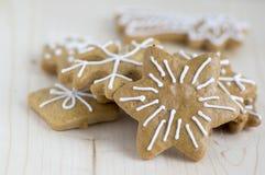 Traditionelles tschechisches geschmackvolles Weiß malte braune Lebkuchen, Weihnachtsschneeflocken und Sterne auf Holztisch Stockfoto