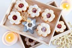 Traditionelles tschechisches Weihnachten - backende Bonbons - Linzer-Kekse Stockfotos