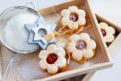 Traditionelles tschechisches Weihnachten - backende Bonbons - Linzer-Kekse Lizenzfreie Stockfotografie
