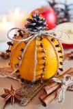 Traditionelles tschechisches Weihnachten - Dekoration - Orange verziert mit Nelken und Zimt und Apfel Selbst gemachte Dekoration Stockfotos
