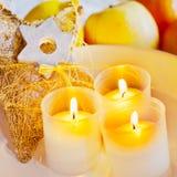 Traditionelles tschechisches Weihnachten - goldene Dekoration und Kerzen Boot Lizenzfreies Stockfoto