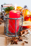 Traditionelles tschechisches Weihnachten - Laternendekoration mit Kerze und Gewürzen Lizenzfreies Stockbild