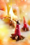 Traditionelles tschechisches Weihnachten - rauchende Weihrauchkegel, Sternanis und Zimt Stockbild