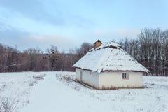 Traditionelles ukrainisches Dorf im Winter Altes Haus an ethnographischem Museum Pirogovo, Stockbild