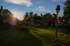 Traditionelles ukrainisches Dorf unter warmem Sommersonnenuntergang stockbild