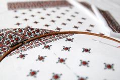 Traditionelles ukrainisches Gewebe mit bunter Stickerei Stockbilder