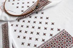 Traditionelles ukrainisches Gewebe mit bunter Stickerei Stockbild