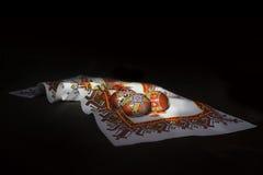 Traditionelles ukrainisches hölzernes Osterei, gegen gestickt Stockbild