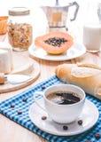 Traditionelles und gesundes Frühstück mit schwarzem Kaffee Lizenzfreie Stockbilder