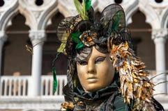 Traditionelles venetianisches Karnevalskostüm Lizenzfreie Stockbilder