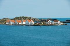 Traditionelles Weiß malte Häuschen an der Küste in Skudeneshavn, Norwegen Stockfoto
