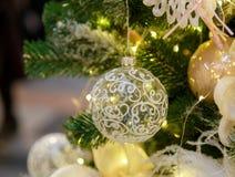 Traditionelles Weihnachts- oder des neuen Jahresverzierter Tannenbaum lizenzfreie stockfotos