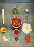 Traditionelles Zentralasien-Suppenlagman und -bestandteile Stockbild