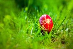 Traditionellt ägg för påsk i det nya vårgräset Royaltyfri Fotografi