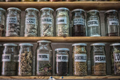 Traditionellt apotek shoppar i Marocko Arkivbilder