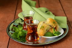 Traditionellt arabiskt turkiskt te som tjänas som med mintkaramellen royaltyfri foto