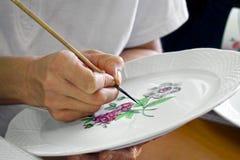 Traditionellt arbete för porslinmålarehand, Herend porslintillverkning, Ungern Royaltyfria Foton