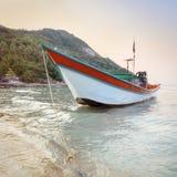 Traditionellt asiatiskt färgrikt fartyg för lång svans Arkivfoton